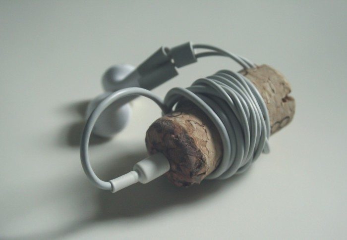 Провода наушников будут в порядке, если если накрутить их на винную пробку.