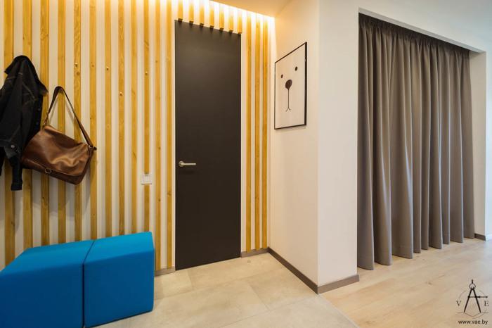 Яркая и красочная прихожая с деревянными балками на стенах.