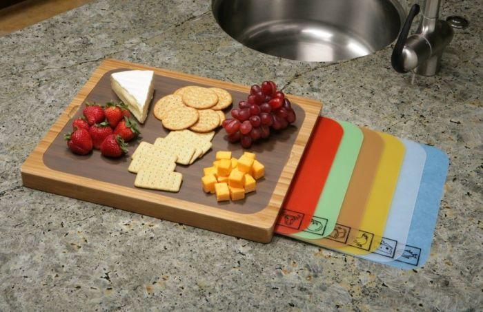 Досточка с цветными разделителями для нарезания различных блюд.