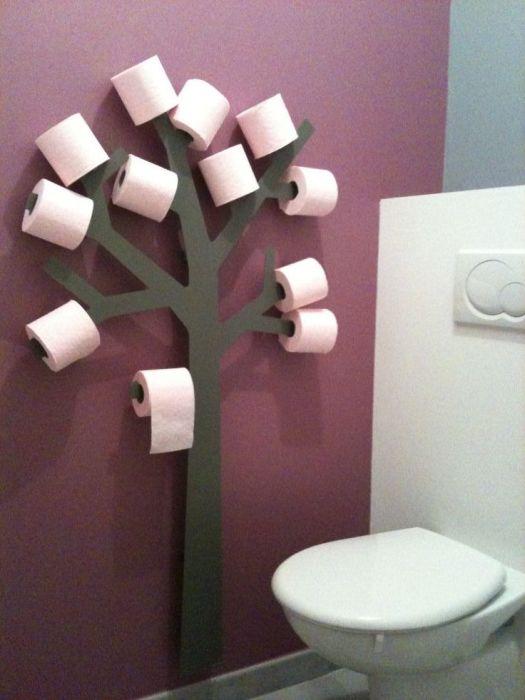 Держатель для туалетной бумаги в форме дерева.