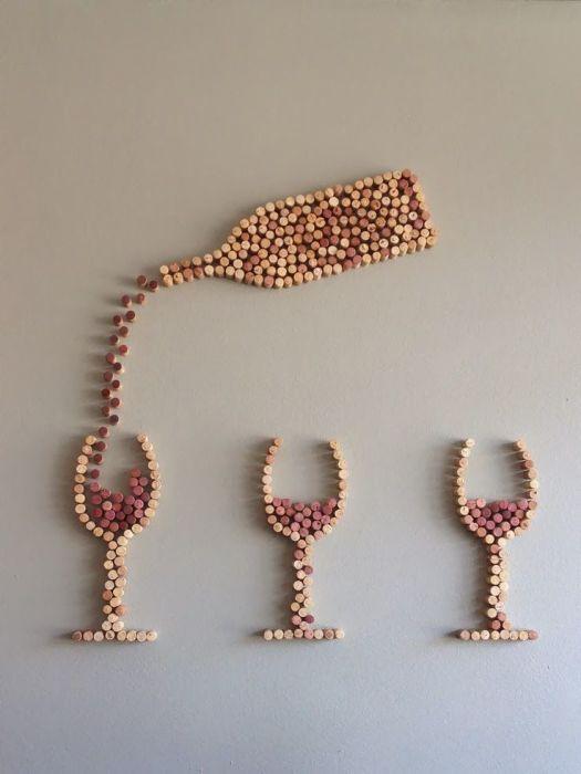 Из винных пробок можно делать различные композиции для украшения стен.