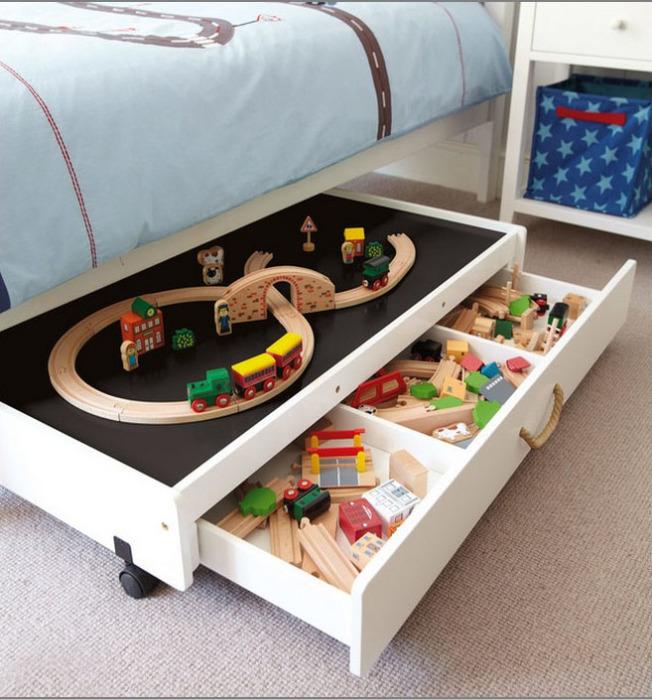 Под кроватью можно хранить громоздкие игрушки, которые тяжело собираются и разбираются.