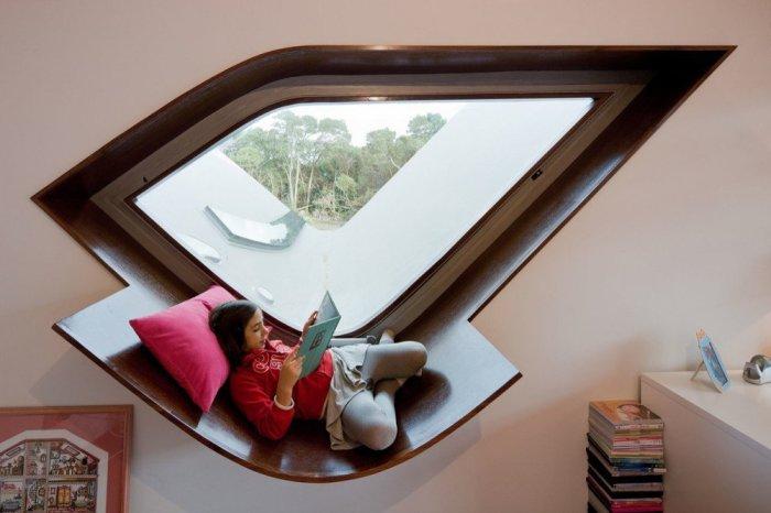 Специально сконструированный подоконник может стать прекрасным местом для чтения и наблюдения за окружающим миром из окна.