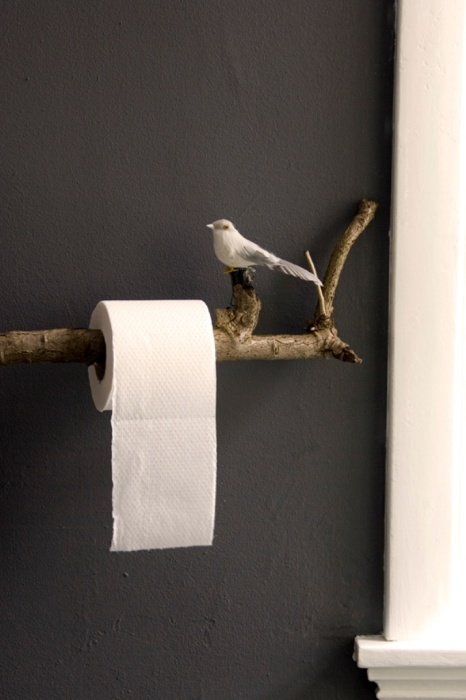 Держатель для рулона туалетной бумаги в виде птички, сидящей на ветке, смотрится очень нежно и мило.