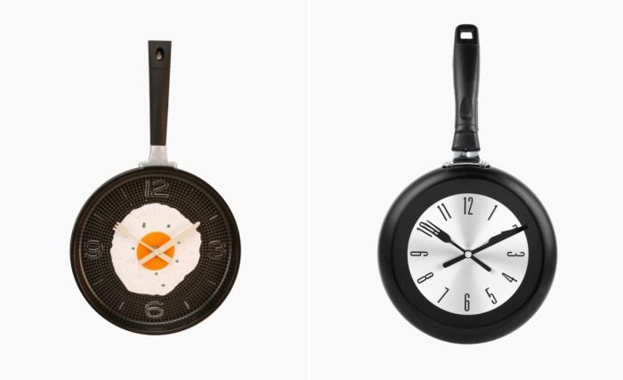 Отличные настенные кухонные часы в форме сковородки со стрелками в виде столовых приборов.