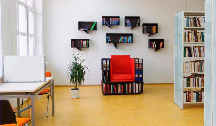 Мини-библиотека в виде кресла и полок в форме мыслей.
