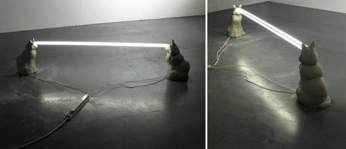 Оригинальные светильники в виде кошек с лучами из глаз.