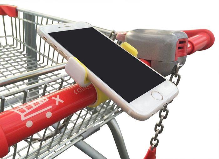 Держатель для мобильного телефона, который крепится прямо на ручку тележки супермаркета.
