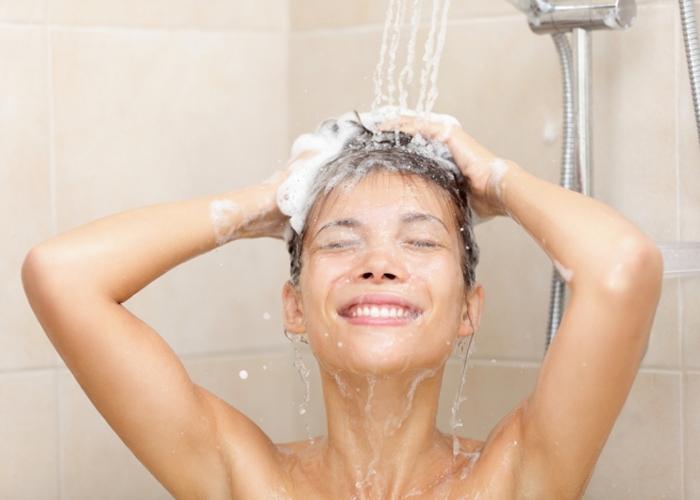 Представительницы прекрасного пола часто моют голову горячей водой - этого делать нельзя.