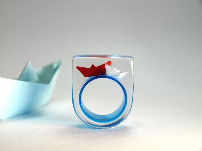 Необычные кольца, созданные из смолы и стерлингового серебра, от немецкой ювелирной компании Geschmeide unter Teck.