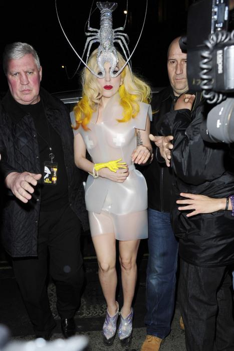 Леди Гага с лобстером на голове.
