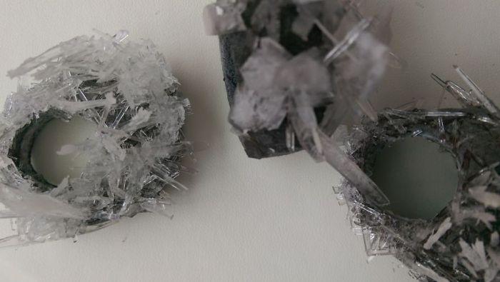 Кольца, созданные из керамики и кристаллов, выращенных в домашних условиях.