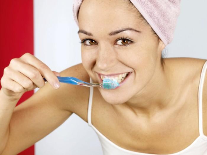 Чтобы утром дыхание было максимально свежим, каждую ночь перед сном нужно обязательно проводить процедуры по гигиене полости рта.