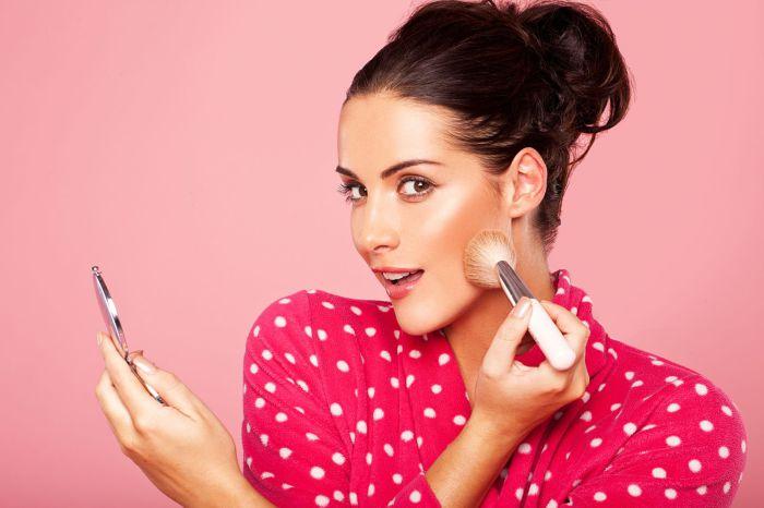 Не стоит пользоваться косметикой, которая делает лицо блестящим.