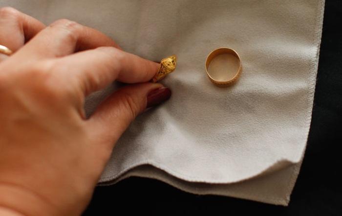 Золотые украшения нужно протереть и дать им высохнуть.