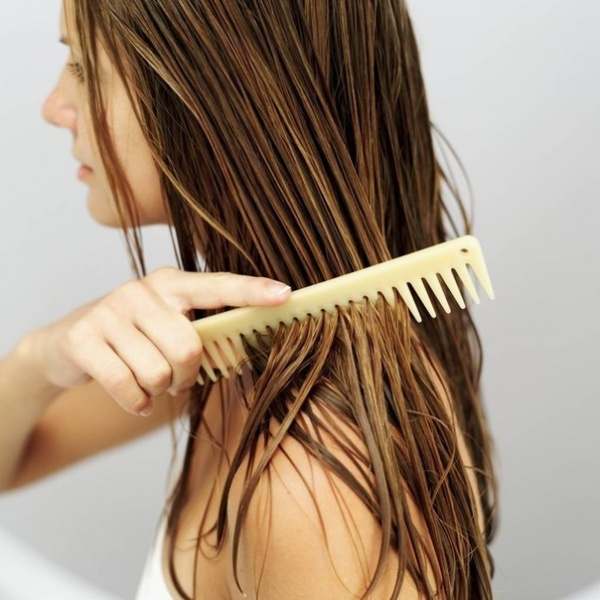 Многие девушки наносят волосам большой вред, расчесывая их в мокром состоянии.