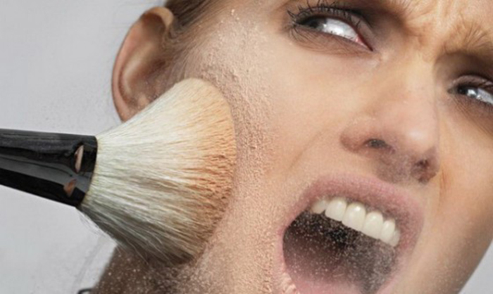 Избыток тонального крема и пудры создает эффект маски.