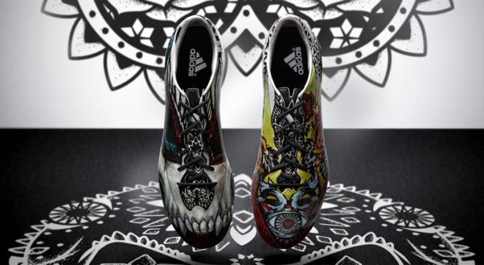 Кроссовки, символизирующие любовь и ненависть.