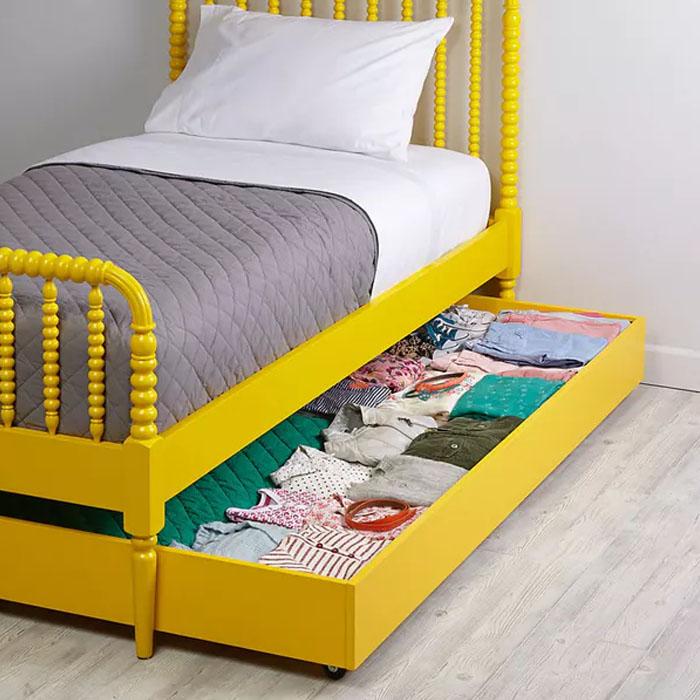 В нише под детской кроватью можно хранить одежду.