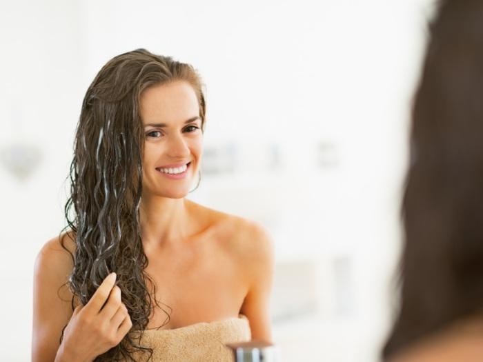 Большинство девушек совершают ошибку, нанося бальзамы, кондиционеры и спреи на корни волос.
