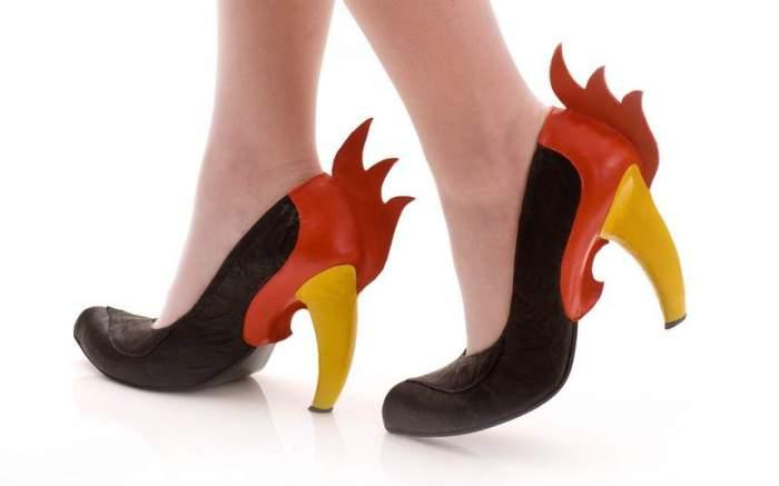 Туфли с элементами, напоминающими петухов от Коби Леви.