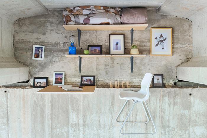 Стол, стул и две полки - вот и вся офисная мебель.