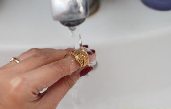 Мыльный раствор нужно тщательно смыть с золотых украшений.