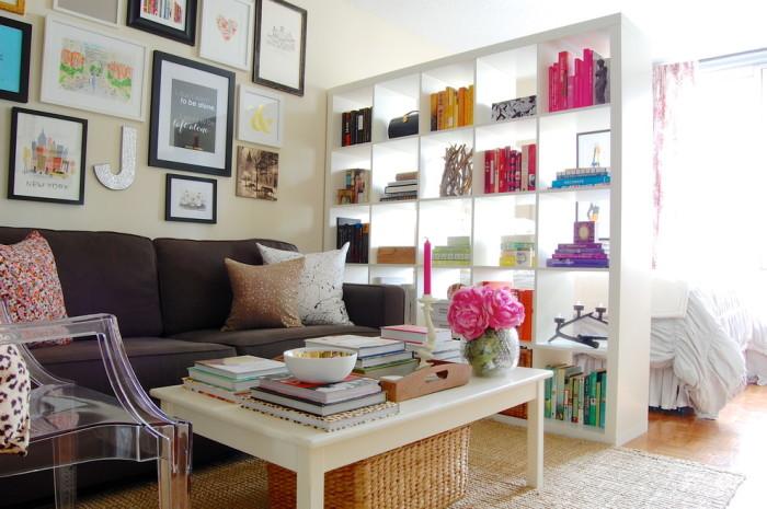 С помощью книжных полок можно легко разделить пространство на две жилых зоны.