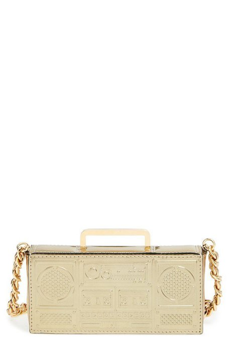 Золотистая сумочка в форме магнитофона для дерзких Водолеев от известного итальянского бренда «Москино» («Moschino»), стоимость - 895 долларов.