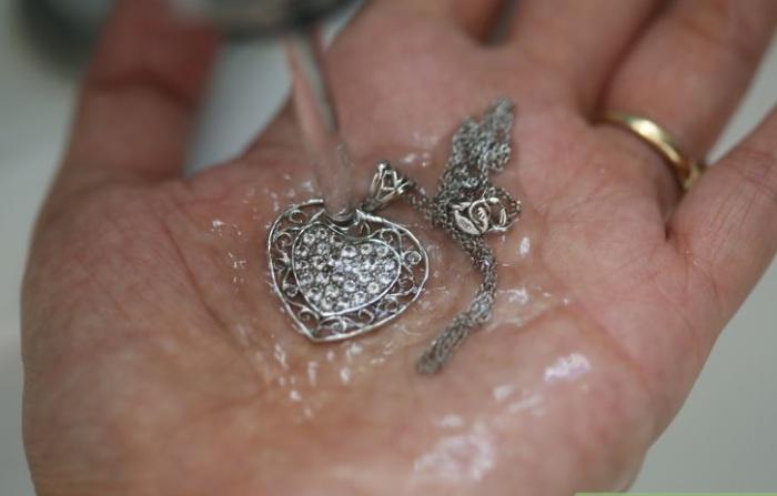 Пасту из соды нужно тщательно смыть с серебряных украшений.
