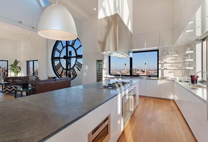 Белый кухонный гарнитур с глянцевыми панелями смотрится очень стильно.