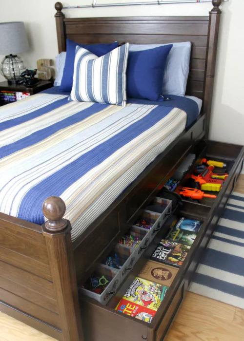 Под детской кроватью можно сделать небольшой шкаф-органайзер.