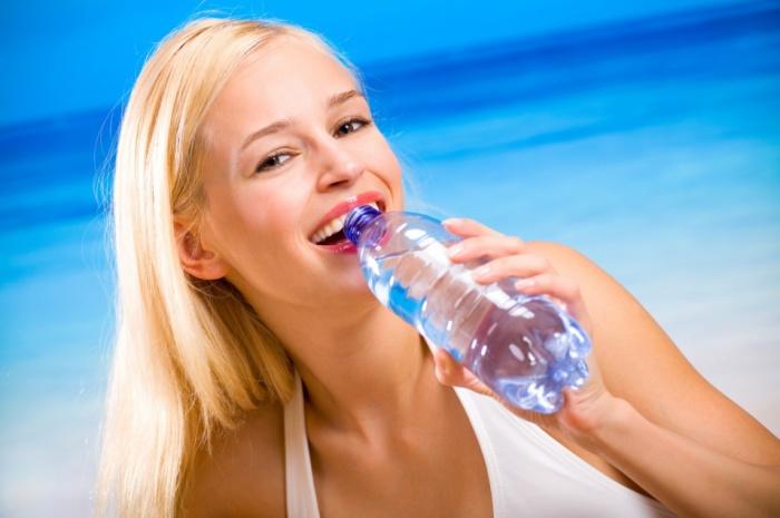 Для того, чтобы избежать обезвоживания, в день нужно выпивать достаточное количество очищенной воды.