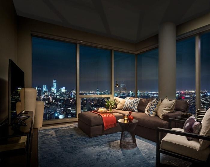 Восхитительная панорама Нью-Йорка, открывающаяся из окон гостиной, которая расположена на сорок седьмом этаже небоскреба.