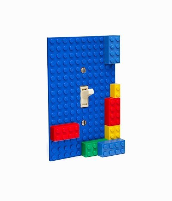 Переключатель света, собранный из деталей известного конструктора «ЛЕГО» («LEGO»), который отлично будет смотреться в детской комнате.