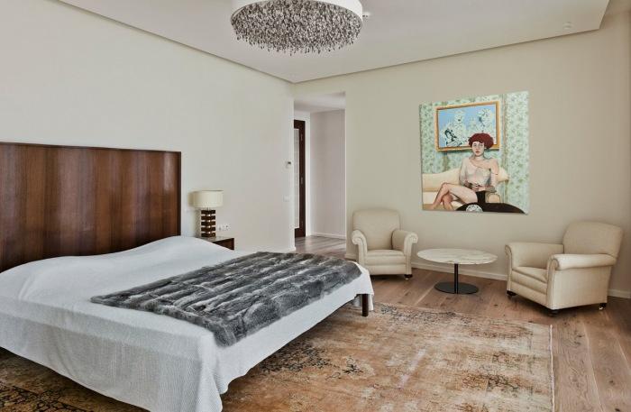 Светлая спальня на втором уровне большого подмосковного дома.