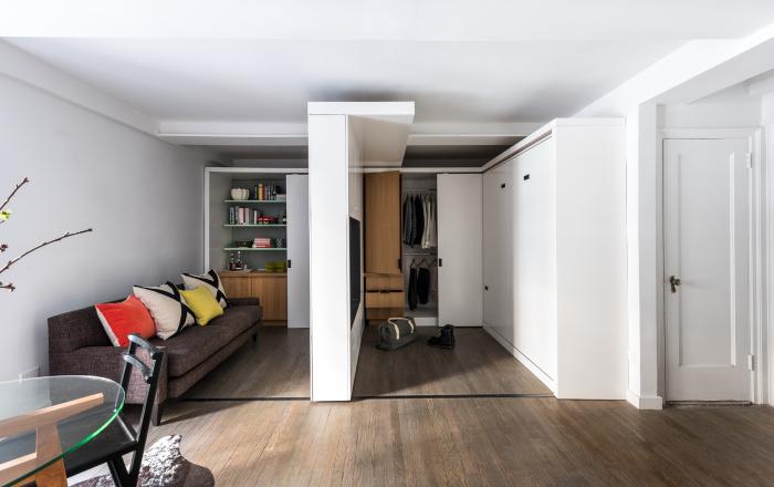 Раздвижная стена, которая фактически делает из однокомнатной квартиры двухкомнатную.
