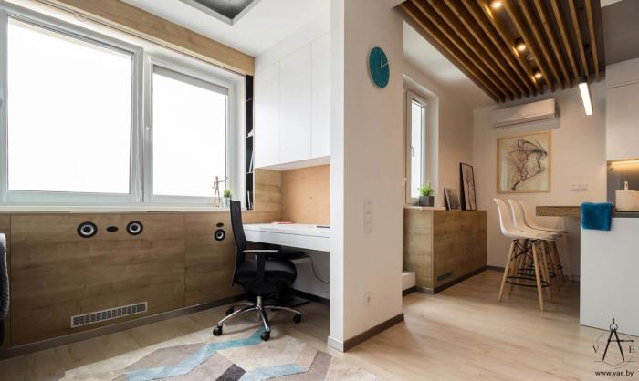 Рабочая зона и кухня в апартаментах площадью 48 квадратных метров.