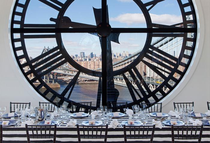 Обеденная зона под окном с часами и невероятным видом на Манхэттенский мост.