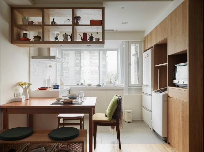 Белый кухонный гарнитур располагается прямо возле окна.