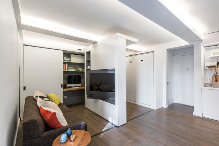 В раздвижную стену встроен телевизор, экран которого можно повернуть в любую из образовавшихся комнат.