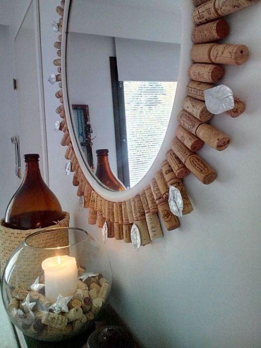 Зеркало с обрамлением из винных пробок.