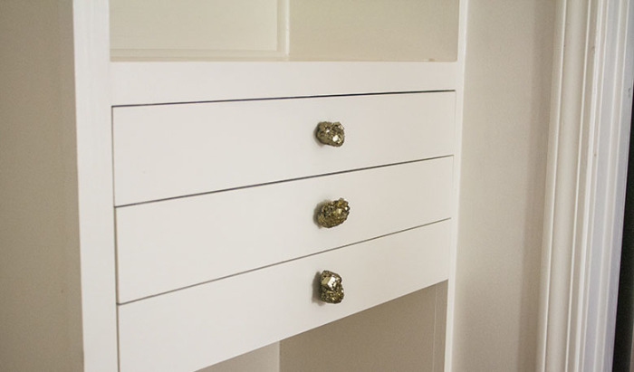 Можно поменять ручки на шкафах, комодах, тумбочках и другой мебели.