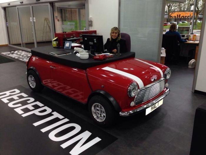 Потрясающий рабочий стол в форме машины Mini Cooper.