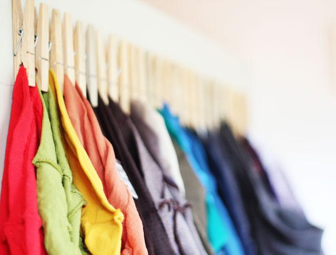 С помощью обычных деревянных прищепок можно сделать забавные держатели для одежды.