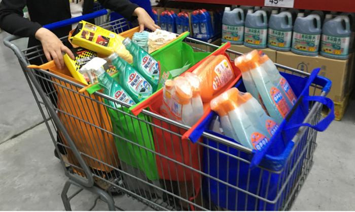 С помощью цветных сумок-органайзеров можно сразу разложить по категориям приобретаемые товары.