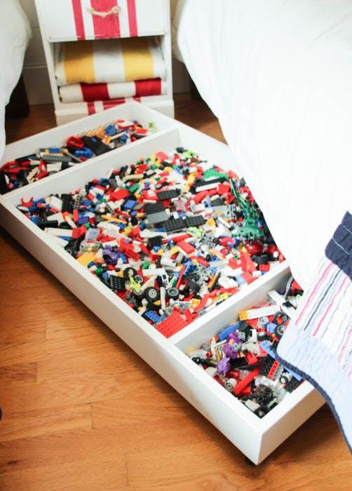 Мелкие детали конструктора «LEGO» можно хранить в одном месте под детской кроватью.