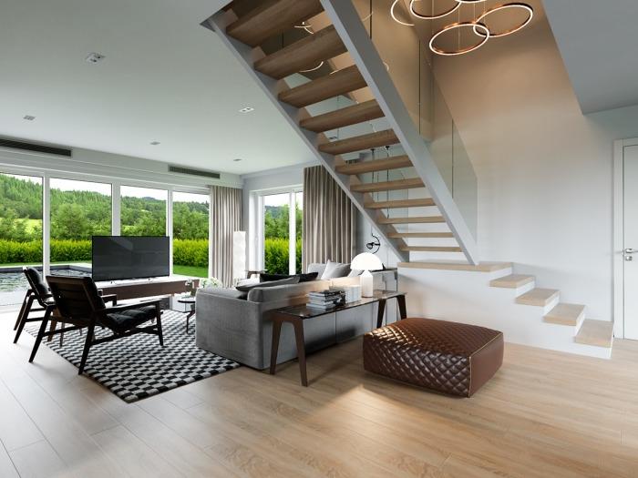 Лестница делит пространство гостиной на две части.