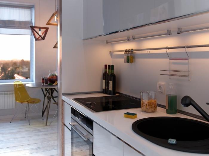 Кухня с белым глянцевым гарнитуром.