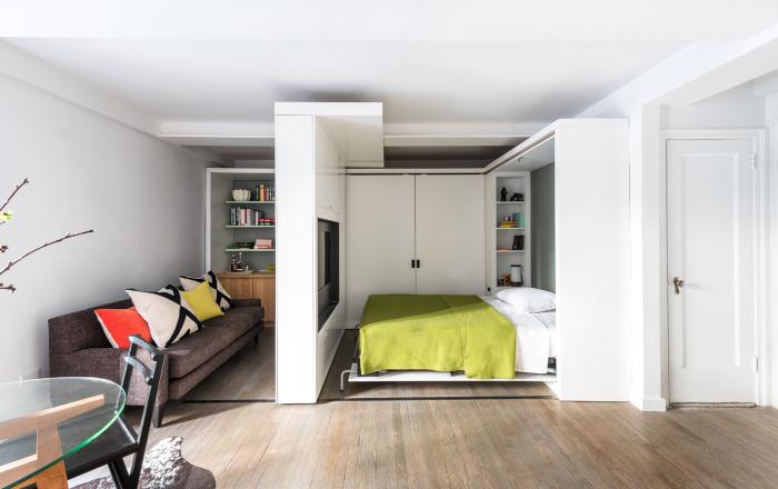 В нише находится полноценное спальное место, а рядом небольшая гардеробная.